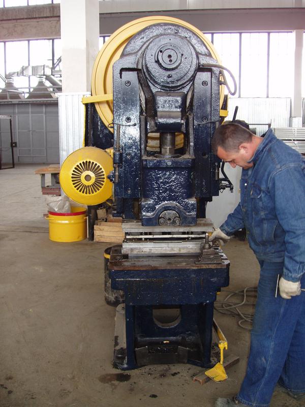 Так же процесс штамповки имеет различия по температурным условиям - существует холодная и горячая штамповка.